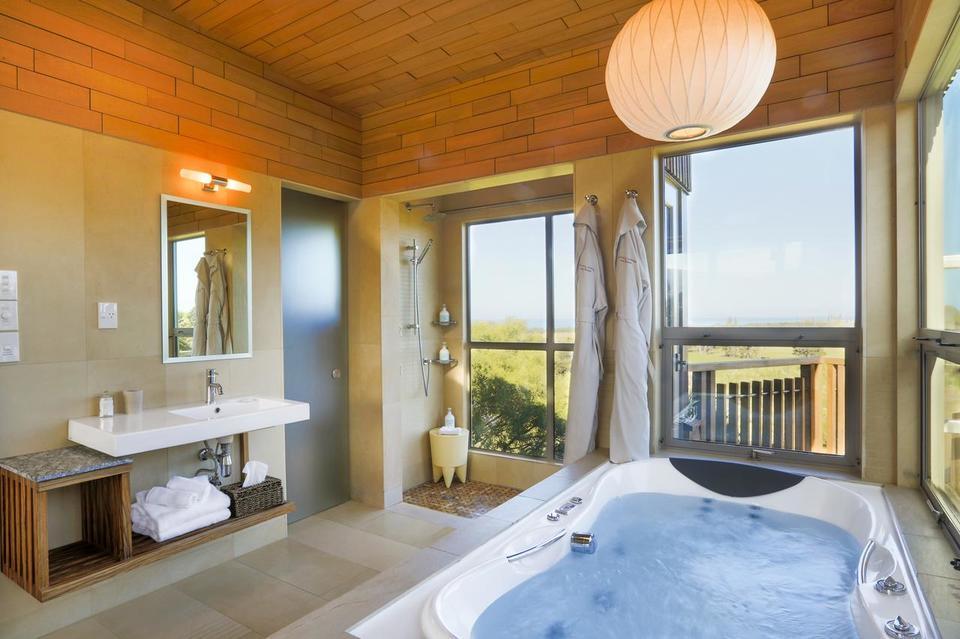 Hapuku Tree House Bathroom