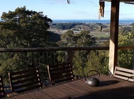 Unique eco home - treehouse retreat Deck