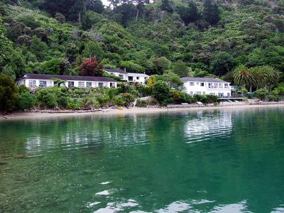 This image has an empty alt attribute; its file name is Te-Mahia-Bay-Resort.jpg
